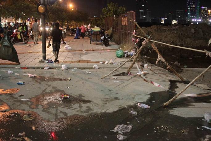 Suốt tuyến đường Mai Chí Thọ từ cầu Thủ Thiêm đến hầm vượt Thủ Thiêm, có hàng trăm đống rác