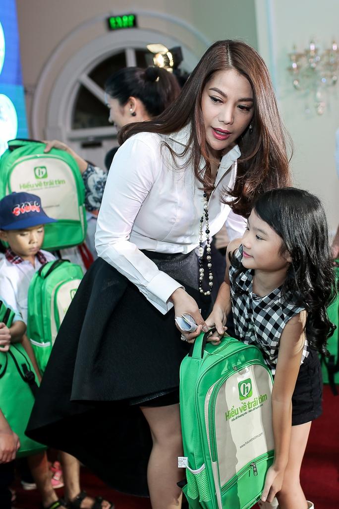 Trương Ngọc Ánh và con gái trao quà cho các em nhỏ