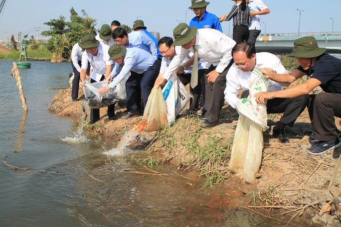 Lãnh đạo TP HCM thả cá ở vàm sông Rạch Chiếc, ngày 20-2