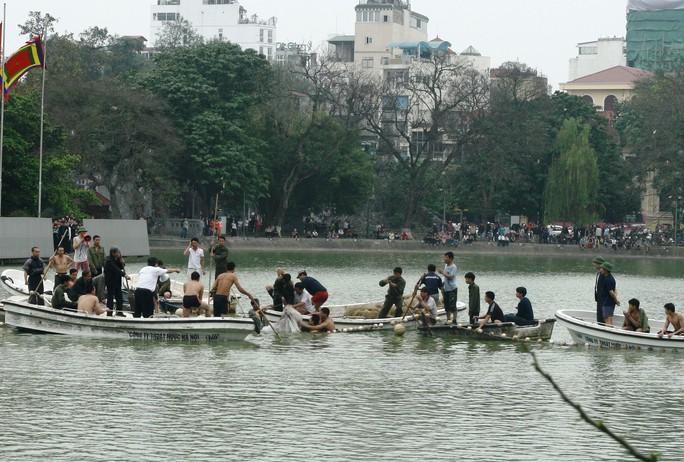 Vây bắt cụ rùa hồ Gươm để chữa bệnh vào năm 2011