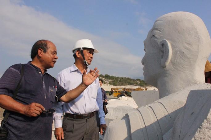 Ông Đặng Ngọc Tùng (phải) kiểm tra tiến độ thi công công trình Khu Tưởng niệm chiến sĩ Gạc Ma vào ngày 13-3 Ảnh: KỲ NAM