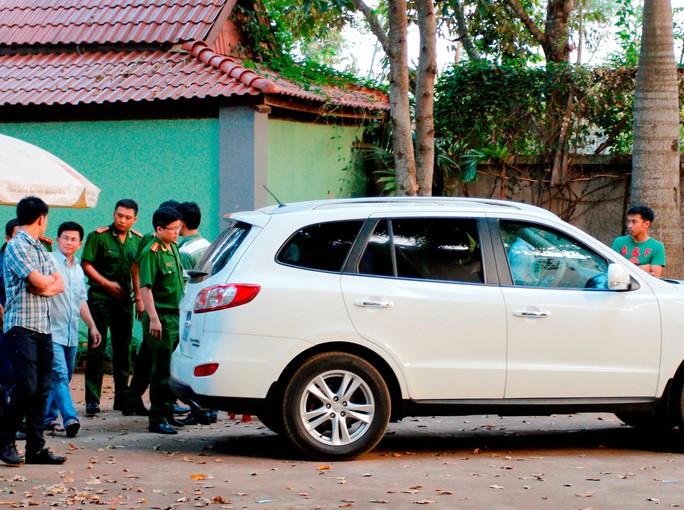 Ông Trần Minh Lợi (thứ hai từ trái qua) bị dẫn giải lên xe về trại tạm giam