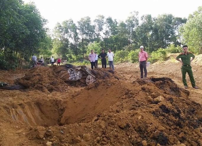 Lực lượng chức năng kiểm tra chất thải của Formosa chôn lấp trái phép tại trang trại của ông Hòa Ảnh: HẢI VŨ