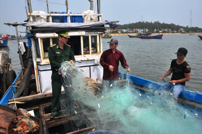 Tháng 3-2016, tàu cá QNg 90319 của ông Phạm Nguyên (ngụ xã Bình Châu, huyện Bình Sơn, tỉnh Quảng Ngãi) bị tàu Trung Quốc cướp cá và ngư lưới cụ, gây thiệt hại nặng nề Ảnh: TỬ TRỰC
