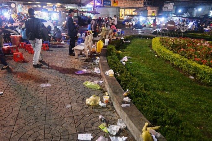 Hành khách xả rác bừa bãi ở khu vực chợ đêm Đà Lạt (Lâm Đồng)Ảnh: THẠCH THẢO