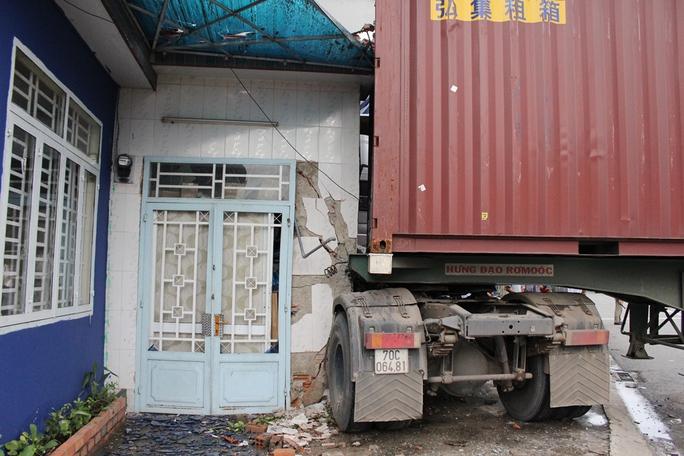 Xe container dừng lại ngay sát phòng ngủ nơi anh Trần Minh Huy Thiện (chủ cửa hàng) cùng vợ đang nghỉ trưa