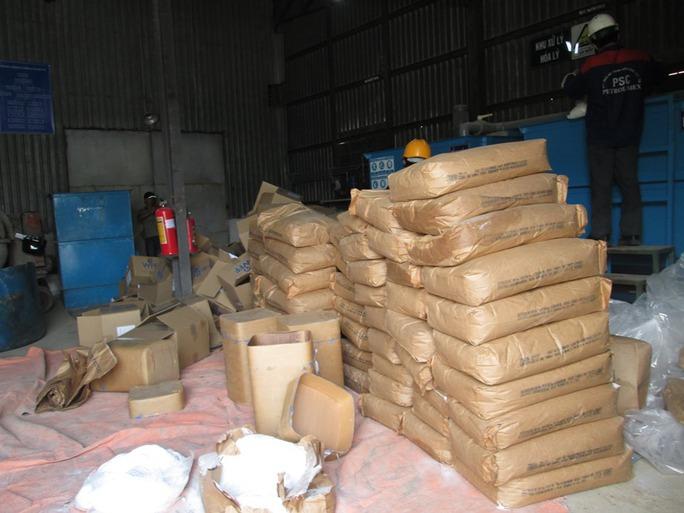 Hương liệu dạng bột được đưa vào máy để tiêu hủy nhằm đảm bảo không thể tái chế, tái sử dụng.