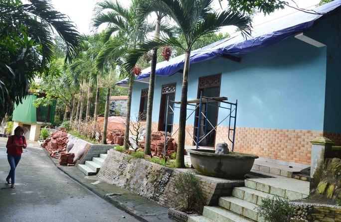 Một công trình bên trong khu biệt thự trái phép của ông Ngô Văn Quang được tháo dỡ phần ngói rồi bao lại bằng bạt