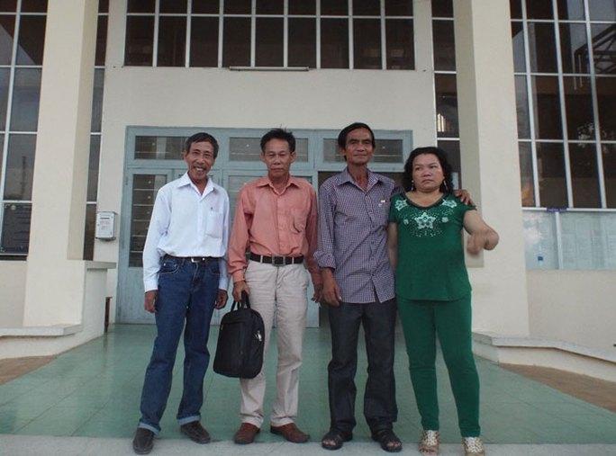 Từ trái sang: Ông Nguyễn Thận, luật sư Phạm Công Út, ông Huỳnh Văn Nén và vợ tại TAND tỉnh Bình Thuận trong lần làm việc cuối tháng 4