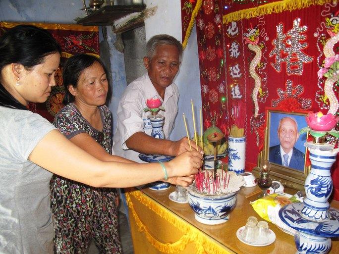 Gia đình ông Huỳnh Chiếm Phái (xã Ninh Giang, thị xã Ninh Hòa, tỉnh Khánh Hòa) bức xúc vì ông Phái bị tù oan, hơn 30 năm chờ đợi đến khi ông qua đời vẫn không được bồi thường oan sai Ảnh: HỒNG ÁNH