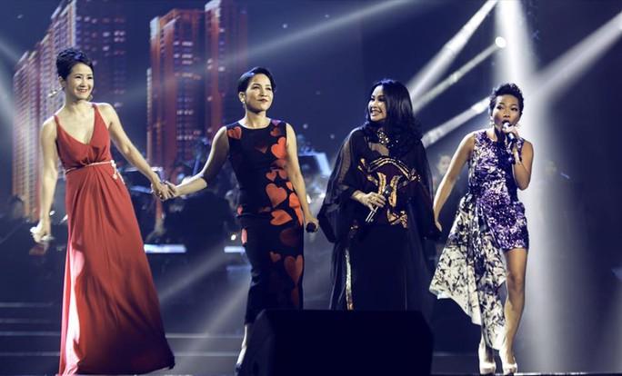 Từ trái qua: Hồng Nhung, Mỹ Linh, Thanh Lam, Hà Trần trên sân khấu