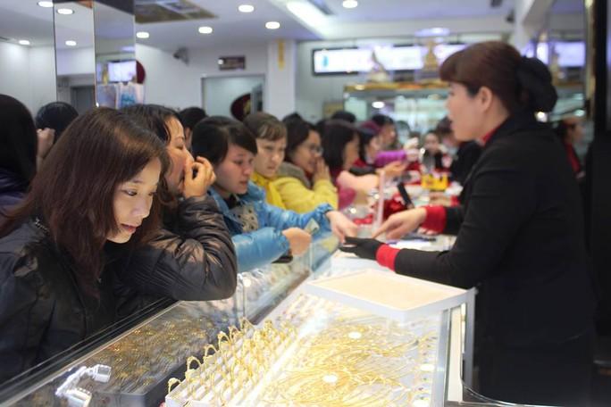 Chen chúc xếp hàng từ tờ mờ sáng để mua vàng mặt khỉ