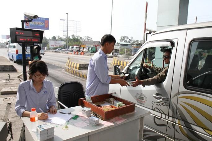 Nhân viên trạm thu phí phải mở thêm làn xe ra và thu phí thủ công để giải phóng nhanh lượng xe ùn ứ trong đường cao tốc TP.HCM-Trung Lương