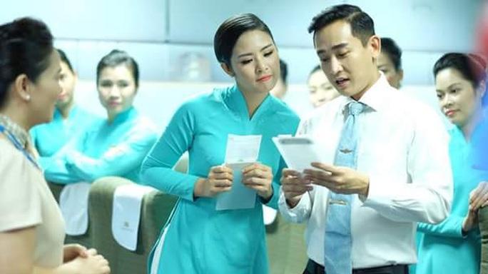Tiếp theo, cả hai trở quay lại sân bay Tân Sơn Nhất. Hứa Vĩ Văn làm nhân viên kiểm soát vé ở cửa ra máy bay và Ngọc Hân làm nhân viên check in làm thủ tục lên máy bay cho khách
