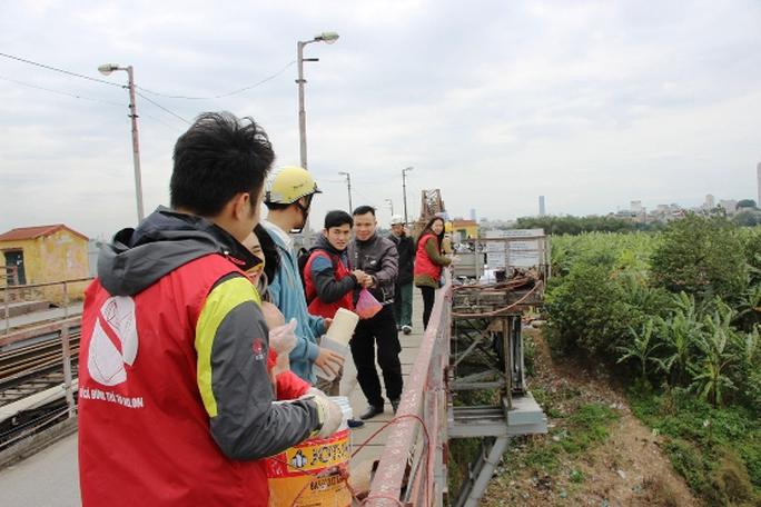 Tại Cầu Long Biên, vẫn như hàng năm, rất đông người dân Thủ đô lên cầu để thả cá chép tiễn Táo quân về trời
