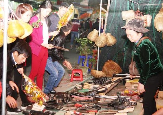 Các cửa hàng bán đồ nông cụ thu hút khá đông người mua