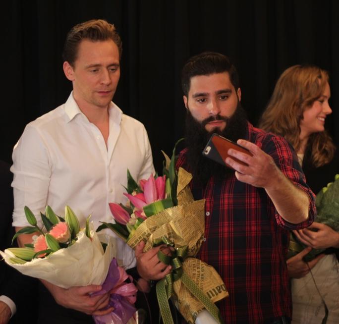 Đạo diễn Jordan Vogt Robert và diễn viên Tom Hiddleston tiếp tục chụp ảnh selfie sau khi nhận hoa