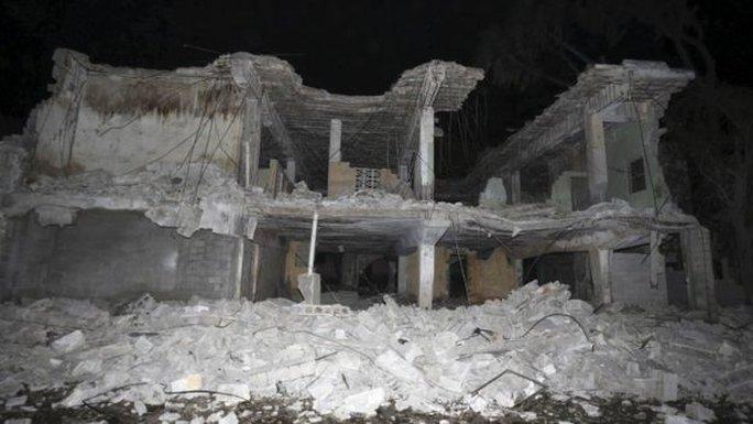 Vụ nổ bên ngoài khách sạn của SYL. Ảnh: Reuters