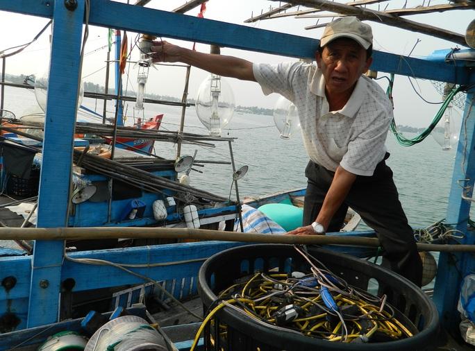 Tàu cá của ngư dân Trần Sinh bị tàu Hải cảnh Trung Quốc tấn công làm vỡ nhiều bóng đèn