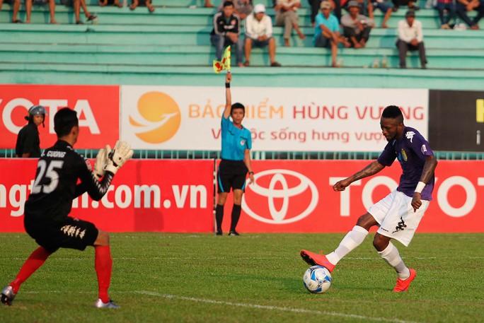 Samson trong tình huống ghi bàn, nhưng trước đó cầu thủ này đã rơi vào thế việt vị