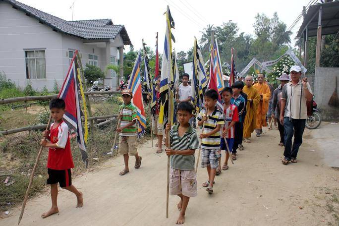 Học sinh, các cháu nhỏ đưa tiễn em Trịnh Hữu Nhân. Ảnh: T.Trực