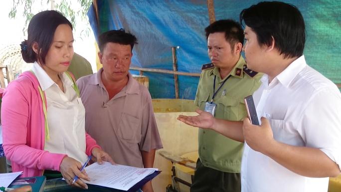 Đoàn kiểm tra liên ngành ATVSTP quận Thủ Đức, cảnh sát môi trường làm việc với đại diện cơ sở sơ chế măng của bà Trang.