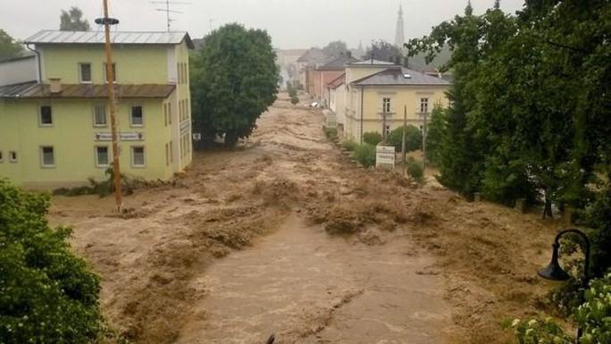 Đường sá ở Simbach hư hại nặng trong cơn lũ. Ảnh: EPA