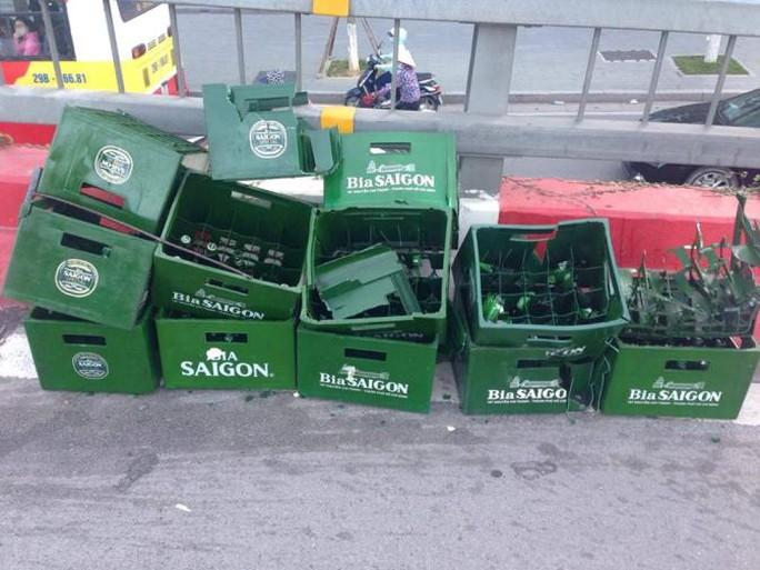 Toàn bộ số chai bia trên chiếc xe máy gặp nạn đều đã bị vỡ