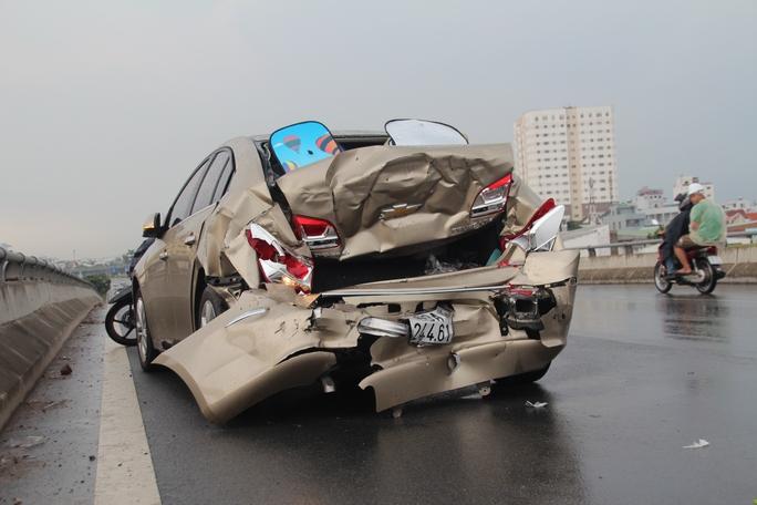 Chiếc ô tô 4 chỗ biến dạng hoàn toàn sau vụ va chạm