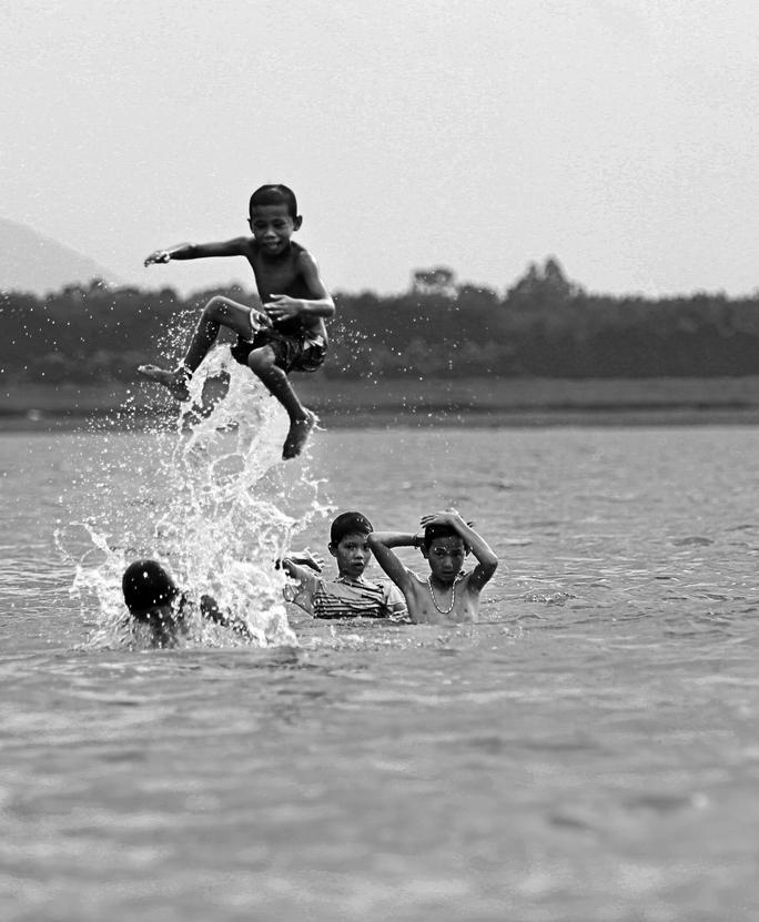 Sống trong cảnh nghèo, đa số trẻ em xóm Việt Kiều không được đi học. Chúng vô tư sống, mong được bữa cơm no chứ chưa từng nghĩ về ước mơ của bản thân mình.