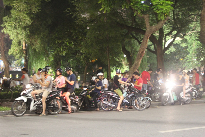 Đỗ xe ngang dọc lấn chiếm cả lòng đường