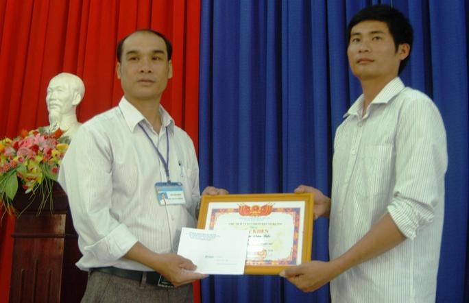 Ông Võ Văn Đào, Chủ tịch UBND xã Đạ Oai trao giấy khen và 10 triệu đồng tiền thưởng.