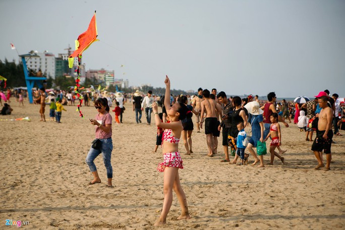 Bé Lan (đến từ Quảng Ninh) cho biết, em đi cùng gia đình và được bố mua cho diều để thả ở bãi biển. Tuy nhiên do quá đông người nên diều cất cánh khá khó khăn.