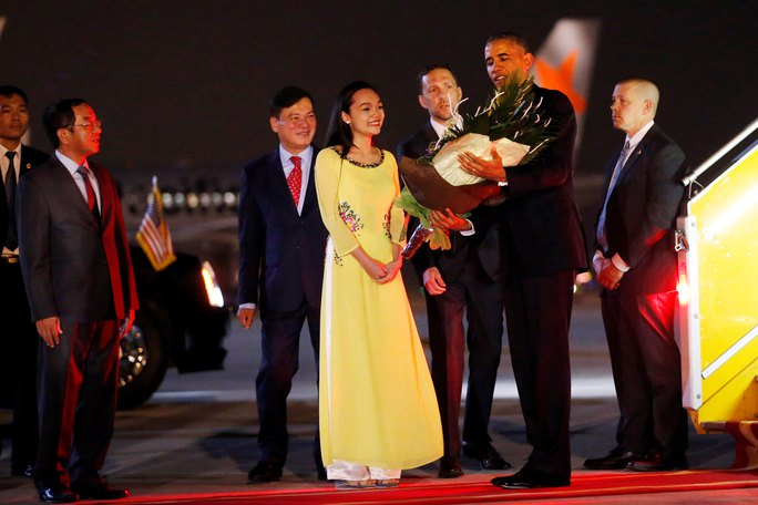 Tổng thống Mỹ Barack Obama được chào đón bằng một bó hoa tươi thắm tại sân bay quốc tế Nội Bài Ảnh: REUTERS