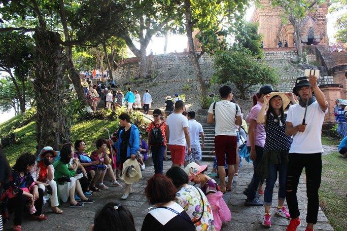 Du khách Trung Quốc tham quan Tháp Bà Ponagar ở Nha Trang