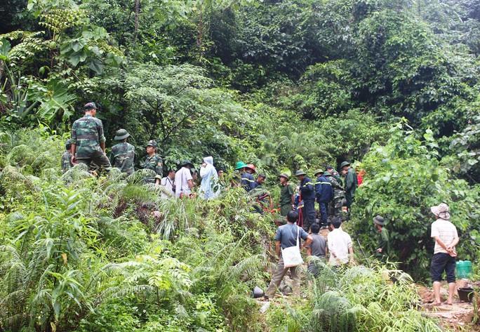 Lực lượng cứu hộ tỉnh Thanh Hóa đưa thi thể 3 phu vàng lên khỏi hang sâu Ảnh: TUẤN MINH