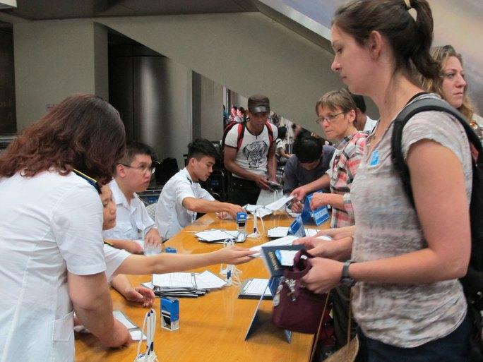 Hành khách được giám sát thân nhiệt, khai báo y tế tại sân bay nhằm phát hiện sớm các dịch bệnh nguy hiểm