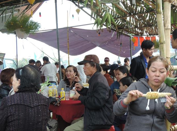 Thành công của Ngày hội bắp là du khách thích thú thưởng thứcmón ăn địa phương