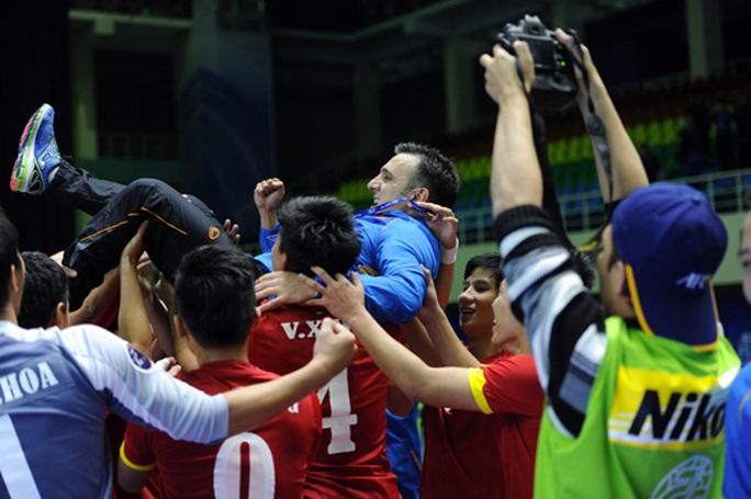 Niềm vui của tuyển futsal Việt Nam khi thắng Nhật Bản ở tứ kết Giải Vô địch châu Á 2016, qua đó giành vé dự Futsal World Cup Ảnh: Quang Thắng