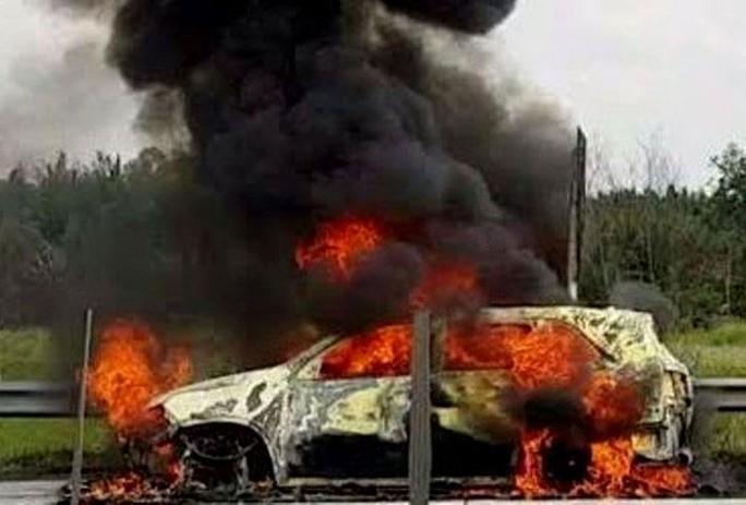 Chiếc xe 7 chỗ bị cháy trụi Ảnh: VECE