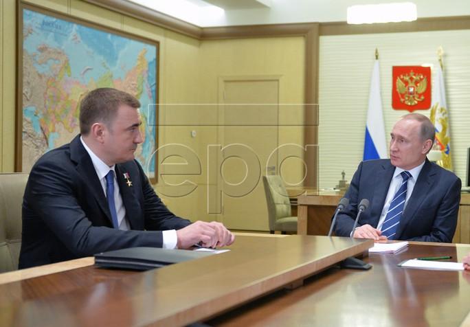 Ông Alexey Dyumin (trái) gặp riêng Tổng thống Nga Vladimir Putin. Ảnh: EPA