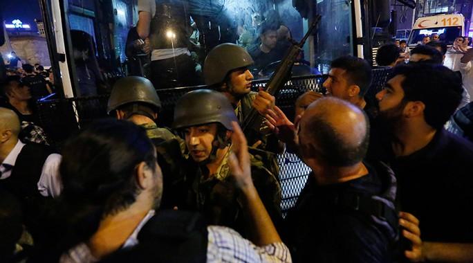 Lính đảo chính đầu hàng, giao nộp vũ khí cho lực lượng cảnh sát. Ảnh: Reuters