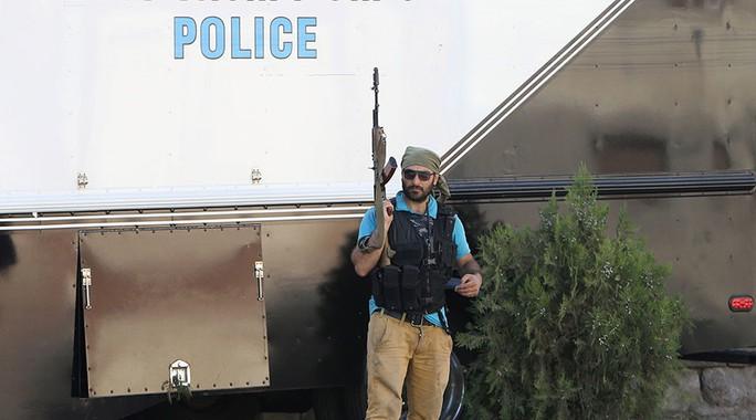 Một trong số những người thuộc nhóm vũ trang. Ảnh: REUTERS