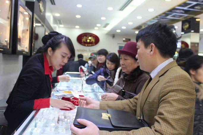Người dân cố gắng mua cho mình miếng vàng mang hình con khỉ tượng trưng cho năm Bính Thân mang may mắn đến cho bản thân và gia đình