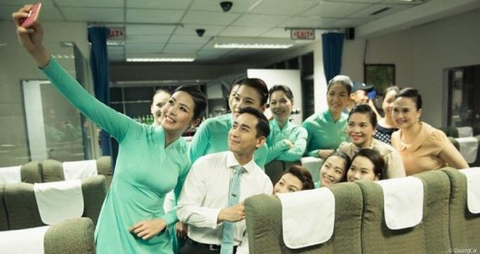 Ngọc Hân chụp ảnh selfie cùng Hứa Vĩ Văn và các tiếp viên hàng không của Vietnam Airlines