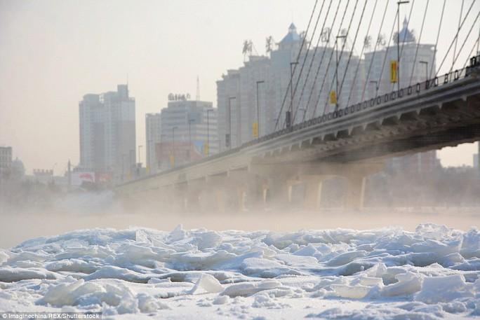 Sông ở tỉnh Cát Lâm cũng chung số phận. Ảnh: REX