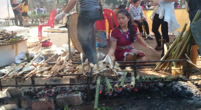 Chế biến món cơm lam, gà nướng đến từ Kon Tum tại khu vực ẩm thực