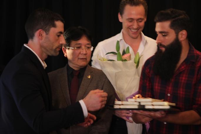 Đoàn làm phim tặng quà Thứ trưởng Vương Duy Biên và các đối tác Việt Nam