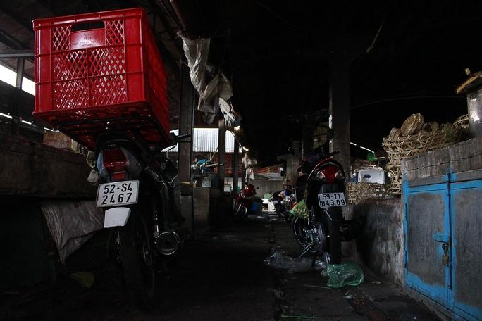 Bên trong chợ Bà Chiểu hết sức hoang phế, được trưng dụng làm nơi giữ xe.