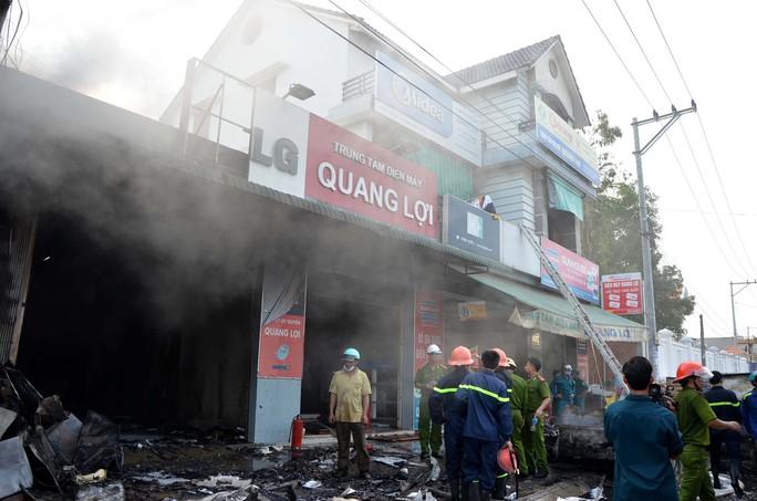 5 căn nhà liền kề trong khuôn viên điện máy Quang Lợi bị thiêu rụi.